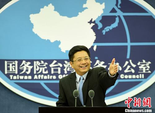 国台办发言人马晓光在新闻发布会上回答记者提问。 记者 张勤 摄