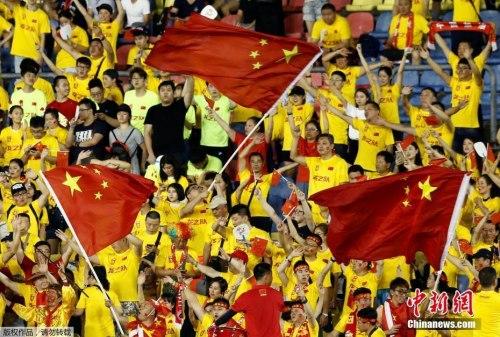 """本场比赛,中国球迷将""""客场""""变成了""""主场"""",在球队落后的情况下,以高唱国歌送出支持。"""