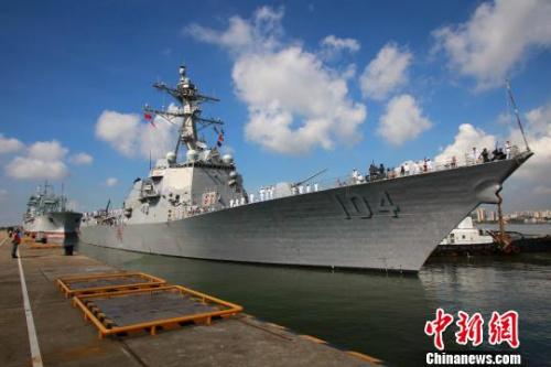"""6月12日上午,美国海军""""斯特雷特""""号驱逐舰在美方第31驱逐舰联队指挥官布雷兹上校率领下,抵达中国湛江某军港,开始对湛江进行为期5天的友好访问。 周启青 摄"""