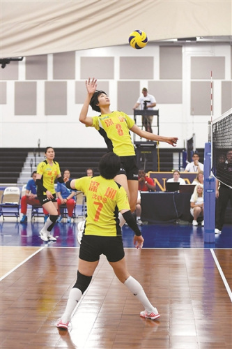 八一女排队员袁心玥在比赛中跳起进攻。岳天怡摄