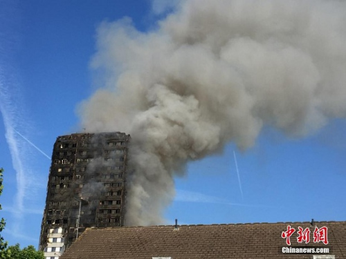 图1 当地时间6月14日凌晨,伦敦西部一栋20余层的公寓大楼发生大火,约200名消防员和数十辆消防车前往灭火,火灾现场浓烟滚滚。