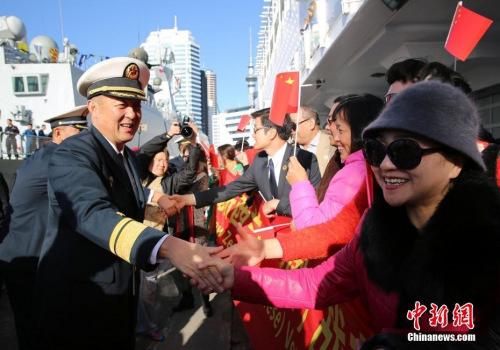 图为当地华侨华人欢迎中国海军到访。<a target='_blank' href='http://www.chinanews.com/'>中新社</a>发 黎友陶 摄