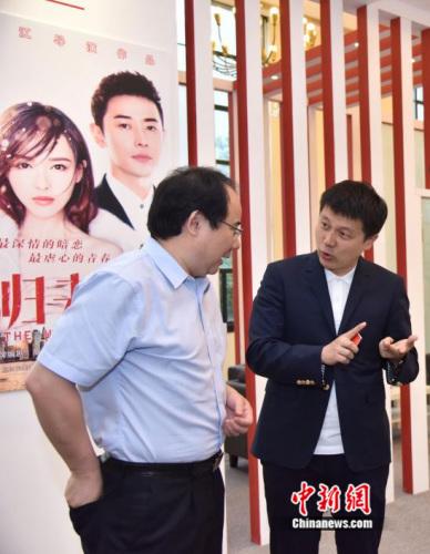 图一:国家新闻出版广电总局电视剧司司长毛羽莅临完美世界影视展位与廉洁交谈