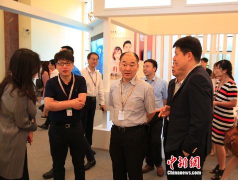 图四:四川广播电视台党委书记、台长、总编辑刘成安来到完美世界影视展台与廉洁及现场工作人员交流