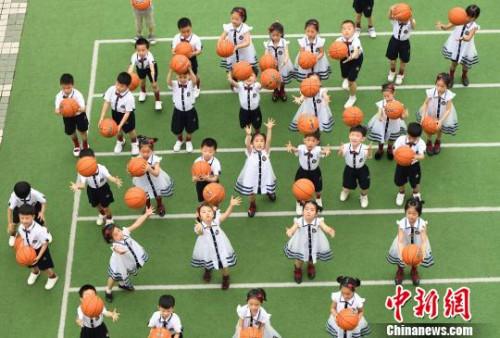 资料图:2017年6月12日,江西省新余市城北中心幼儿园的孩子们拍摄充满童真的毕业照。 赵春亮 摄