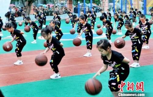 资料图:幼儿园小朋友进行花样拍篮球彩排演练 卓忠伟 摄