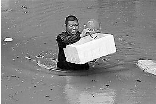 暴雨中他们托着泡沫箱、塑料箱,转移被困孩子。