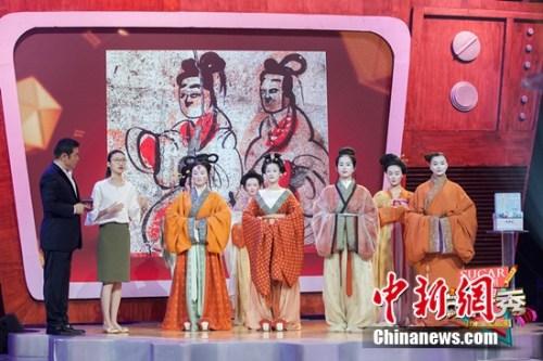 金大川领衔簪花走秀 国宝级服饰惊艳《年代秀》