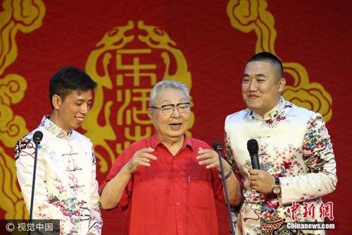 资料图:唐杰忠(中)。图片来源:视觉中国
