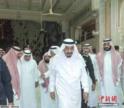 沙特国王萨勒曼(中)