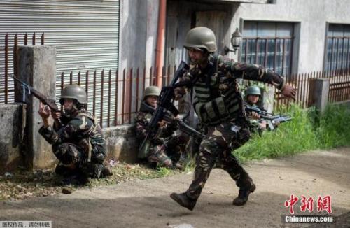 菲政府军进行与极端武装组织马巫德激战的行动。
