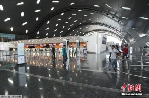 哈马德国际机场游客稀少。