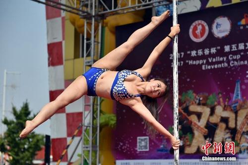 本次决赛现场,一名展示舞姿的钢管舞舞者。<a target='_blank' href='http://www.chinanews.com/' >中新网</a>记者 金硕 摄