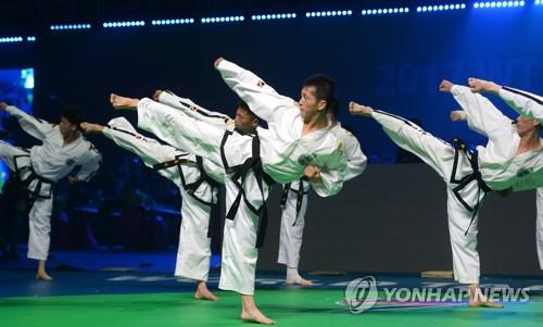 资料图片:6月24日下午,在韩国全罗南道茂朱郡跆拳道院举行的2017WTF世界跆拳道锦标赛开幕式上,ITF示范团正在进行表演。(韩联社)