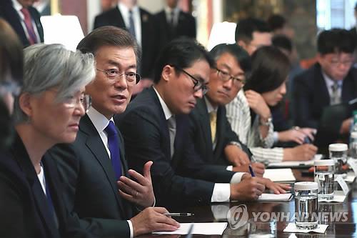 当地时间7月1日,在美国华盛顿布莱尔国宾馆,韩国总统文在寅(左二)与韩国媒体驻华盛顿特派记者座谈。(韩联社/青瓦台提供)