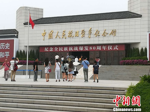正准备进入中国人民抗日战争纪念馆参观的人们。上官云 摄