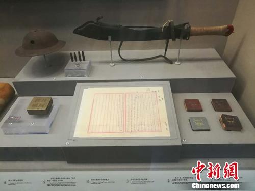 在中国人民抗日战争纪念馆展出的第29军士兵在卢沟桥抵抗日军时使用过的大刀,还有其他一些物品。上官云 摄
