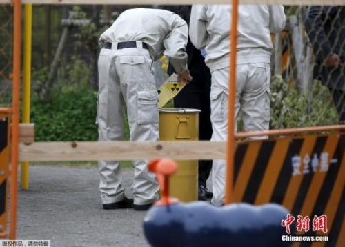 资料图:日本工作人员处理核辐射事故