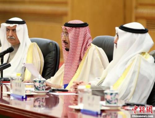 沙特阿拉伯王国国王萨勒曼(中)