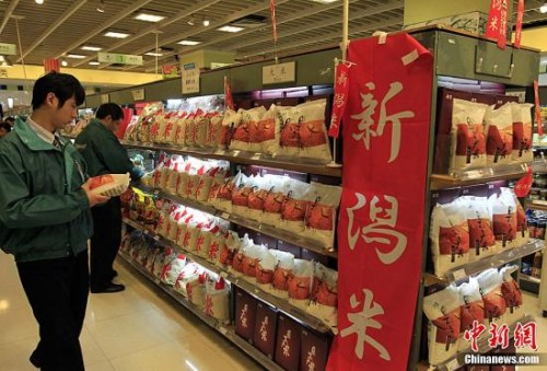 资料图:此前,在上海一家以经营日本食品为主的超市里,日本大米如常上柜。