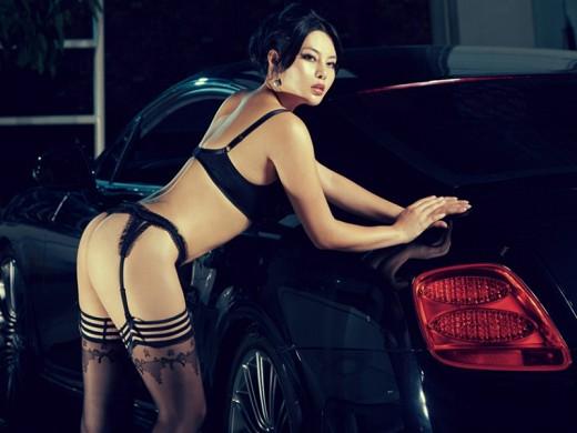 美女豪车的顶级诱惑 魅力丰满车模沟魂 中新网