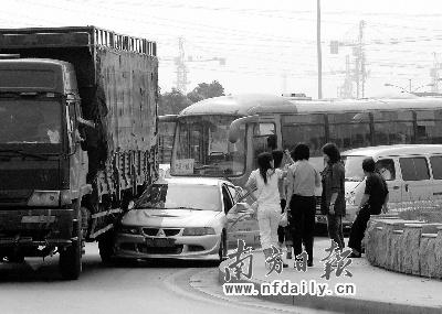 """大货车等于""""大祸车"""" 如何避免中国式交通事故"""