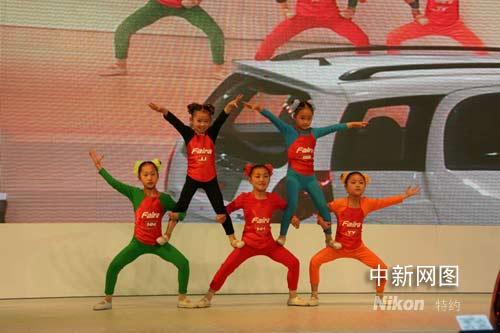 五个来自吴桥的儿童为大家表演了人体柔术.