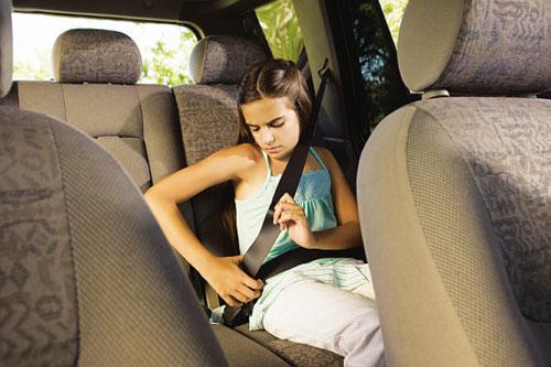 成人安全带孩子系不得 儿童乘车安全将有法规