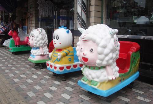 商店门口摆放的儿童摇摆机(资料图片)图片