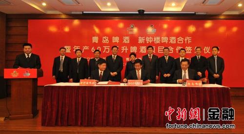 青岛啤酒股份有限公司总裁黄克兴,副总裁刘英弟,营销副总裁杨华江