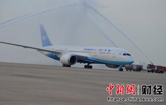 新飞机 新体验   落户福建省的首架波音787飞机,也是厦航全波音机队迎来的首架宽体客机。作为目前全世界最先进的机型之一,波音787被称为梦想飞机,客舱采用三舱布局,共有236个座位,头等舱4座,商务舱18座,经济舱214座。厦航对787飞机的娱乐系统进行了全面升级,每位旅客的座位前都有一块专属的液晶显示屏,旅客可在空中享受丰富的音视频节目,除了普通的电影、音乐、电视剧、游戏等频道之外,还特意为儿童配置了专属频道。设备更加舒适和人性化,将给旅客带来全新的飞行体验。   新制服展现新形象   厦航新一