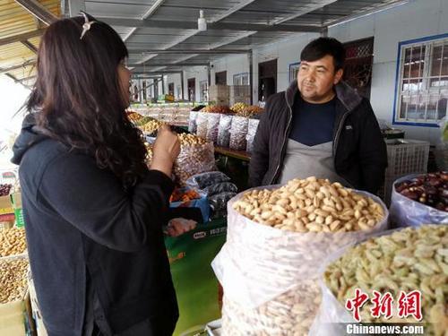 """新疆南部产业促就业:逾8万贫困劳动力享""""红利"""""""