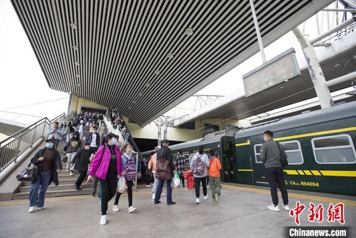 清明假期尾声中国铁路迎来返程客流高峰