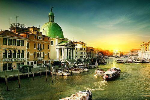 搭乘威尼斯最方便的水上巴士,罗马广场,黄金宫,圣马可广场等都能一次