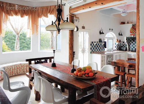 """厨房门框由几条粗犷木柱框出,简单几笔就将""""轮廓""""勾出."""