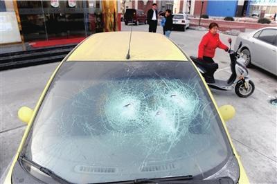 汽车前挡玻璃碎裂