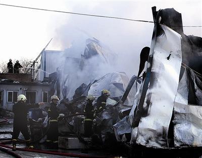 汽修车间起火 5公里外见浓烟(图)
