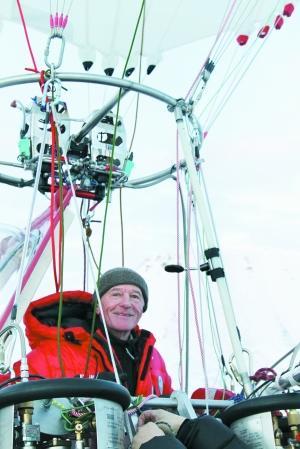 热气球高28米,宽16米,呈树立的细长椭圆形,气球内使用的是氦气和热