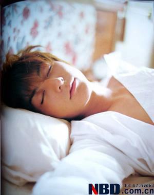 对于男性而言,最好的睡姿是仰卧,且双腿分开;而俯卧和侧卧,对男性生殖