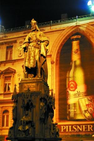标志性的啤酒广告牌和城市雕塑.吕约