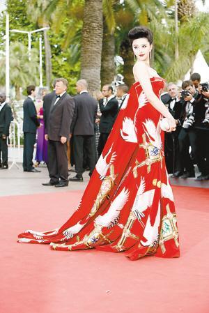 裙身上有数只刺绣仙鹤