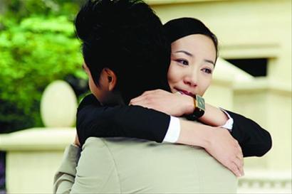 男女相互拥抱的照片