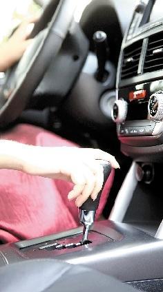 美女开车 优雅并安全着