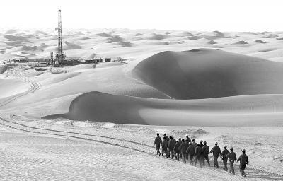 位于塔里木盆地沙漠腹地的塔中油田(8月13日摄)