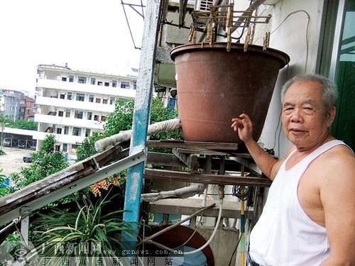 黄志光和他的简易太阳能热水器.图片