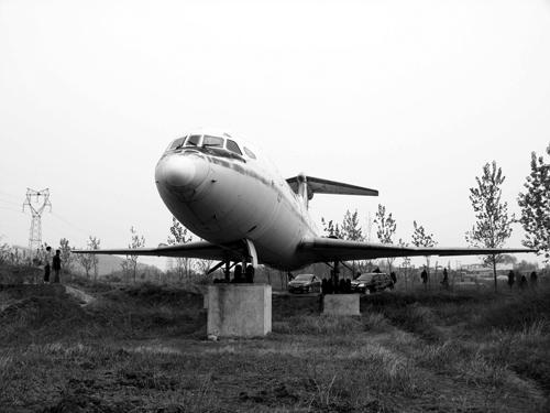 周恩来总理乘坐过的飞机如今沦落田野.