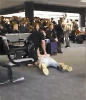 暮光狼人 机场当众小便被警察撂倒 现场照曝光