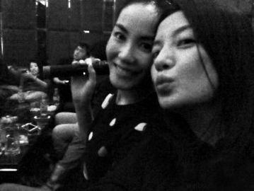 24日,据香港媒体报道,王菲与赵薇深夜唱k,赵薇于凌晨在微博上传与