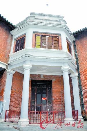 这是一栋建于20世纪二三十年代的两层半楼房,门前有四条罗马柱