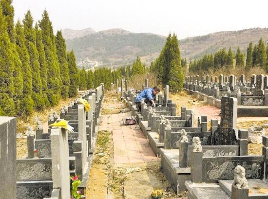 北京、山东、辽宁等不少地方的小产权墓受许多城市居民热捧 新华社发   一块约6平方米的墓地,最低仅需4800元?如今墓地价格节节攀高,广州居然还有这么便宜的墓地?   近日,一家名为广州长生殡葬服务中心的殡葬中介公司在网上兜售墓地,叫价就是这么低廉。该中介公司负责人表示,他们公司负责(也只能通过他们)落葬,家属只要拿着骨灰盒和钱过来,其他一切事情都不用操心。   羊城晚报记者调查发现,该中介公司售卖的并不是正规墓园的墓地,而是位于广州市白云区石井街红星村一处小规模农村公益性墓地。然而,按照